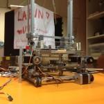 Lähikuva rakenteilla olevasta tulostimesta
