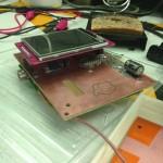 Lähikuva piirilevystä, jossa Raspberry, näyttö, antenni ym. ym.