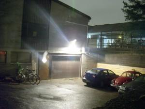 Tilan ulko-ovi sijaitsee rakennuksen takana