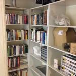 Kirjahyllyn sijainti on ainakin toistaiseksi tässä nurkassa