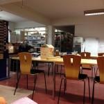 Pöytiä ja tuoleja luokkahuoneasetelmassa