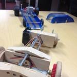 Kaksi automallia koulukäsityön opetuksen projektiksi.