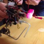 Kävelevä robotti törmäilee ja vaihtaa suuntaa. Rakentanut Burhan