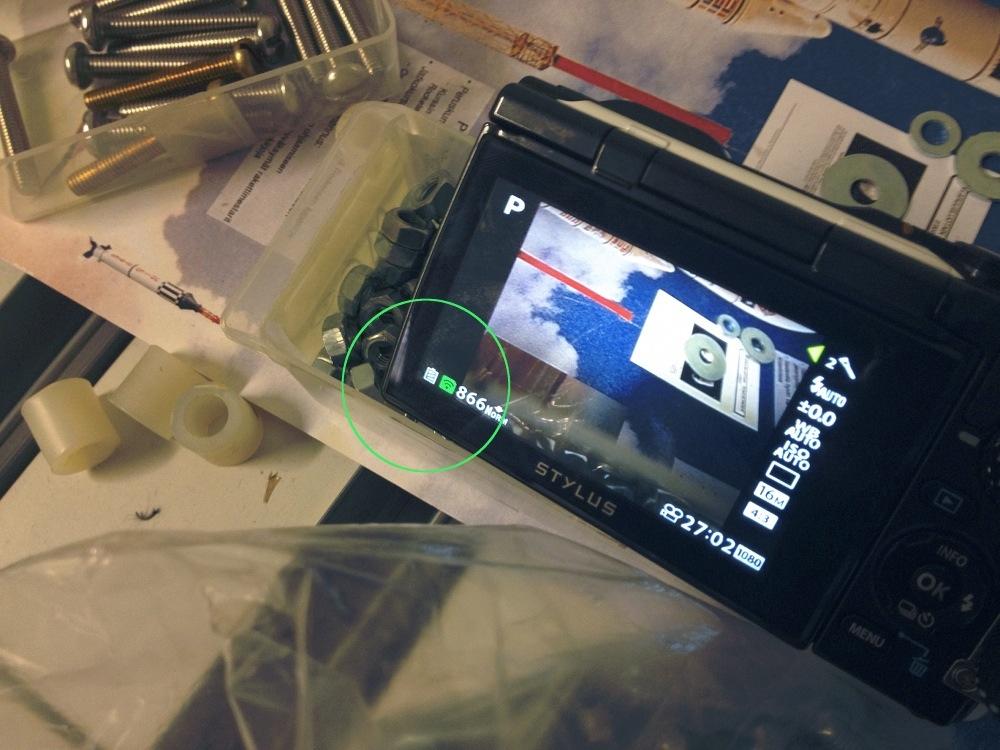 Vihreä merkki kameran näytössä kertoo kuvan siirtymisestä